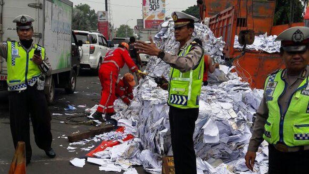 Truk Bermuatan Kertas Terguling di Exit Tol Cibubur, Lalin Macet