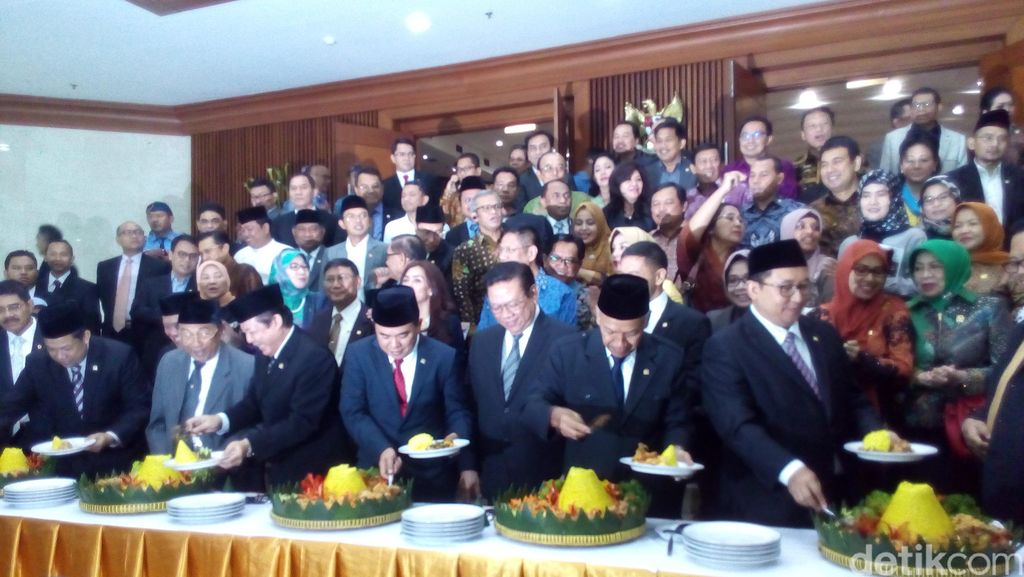 Rapat Paripurna dan HUT DPR Ditutup dengan Pemotongan Tumpeng