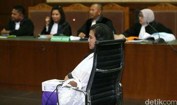 Dituntut 6 Tahun Penjara, Damayanti Menangis