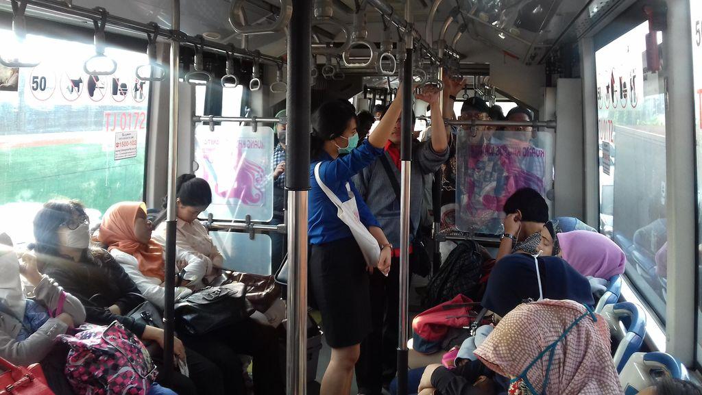 Ganjil-Genap Diberlakukan, Karyawan yang Biasa Bawa Mobil ini Pilih Naik TransJ