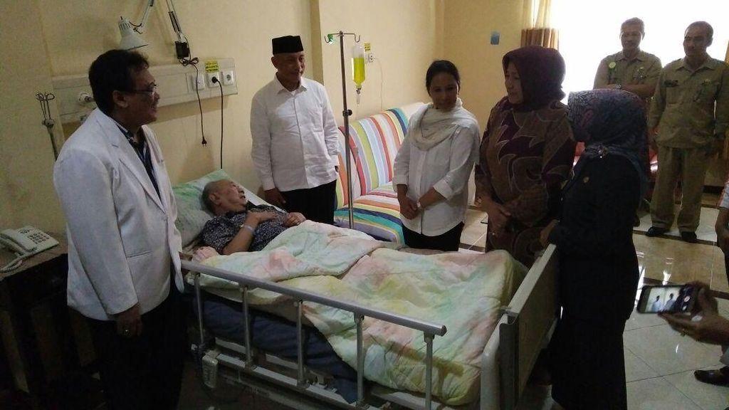Usai Luncurkan Kartu Tani, Menteri Rini Besuk Gus Solah di Rumah Sakit