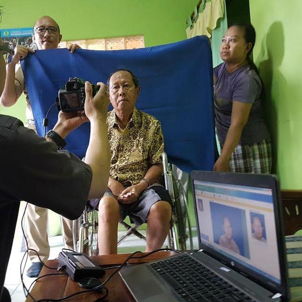 Dispendukcapil Jemput Bola Warga Surabaya yang Sakit untuk Perekaman e-KTP