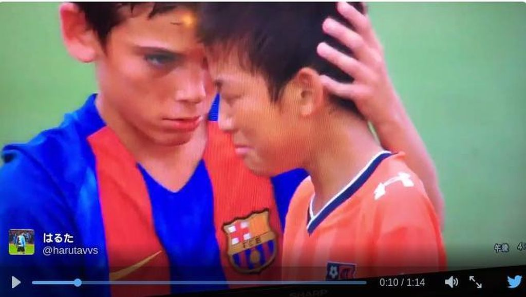 Sportif! Penggawa Barcelona U-13 Menghibur Lawannya yang Menangis