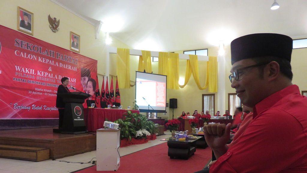 Pakai Kemeja Merah, Ridwan Kamil Hadiri Sekolah Partai PDIP
