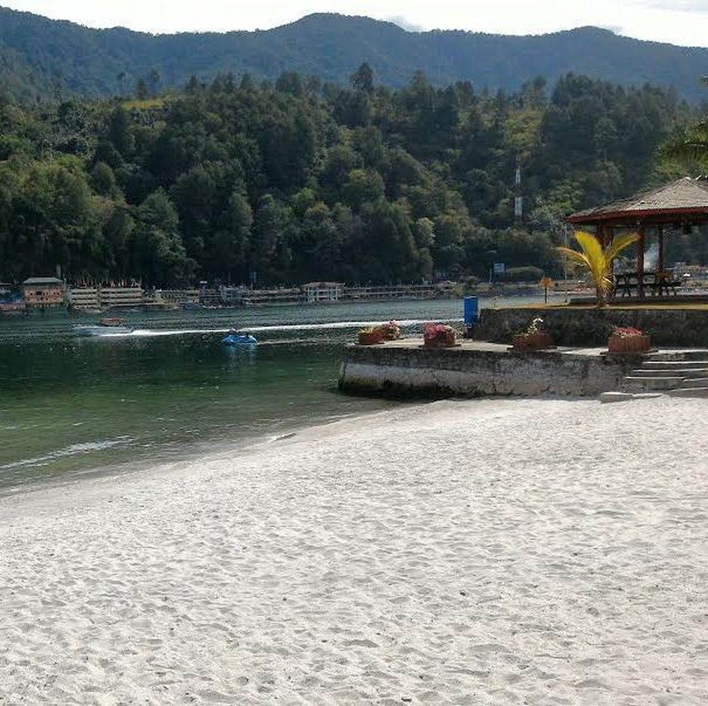 Percaya Tak Percaya, Ada Pantai di Danau Toba