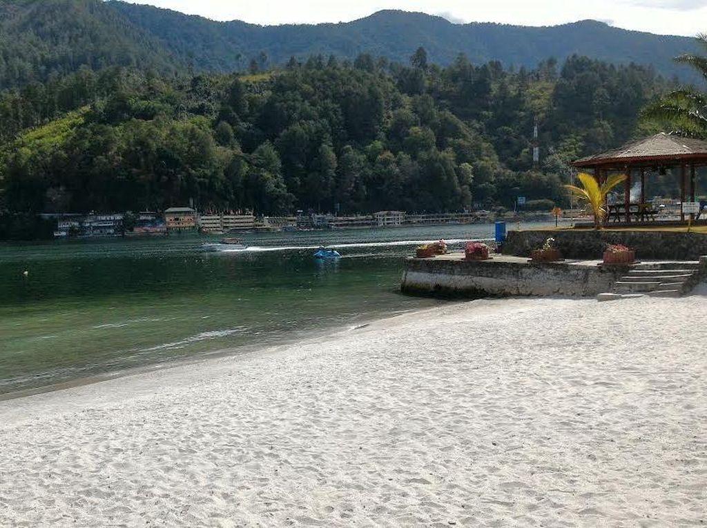 Percaya Tak Percaya, Ada 'Pantai' di Danau Toba