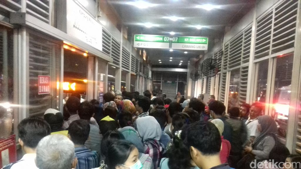 Bus TransJabodetabek Penuh Sesak, Penumpang: Pagi Nelangsa, Pulang Sengsara