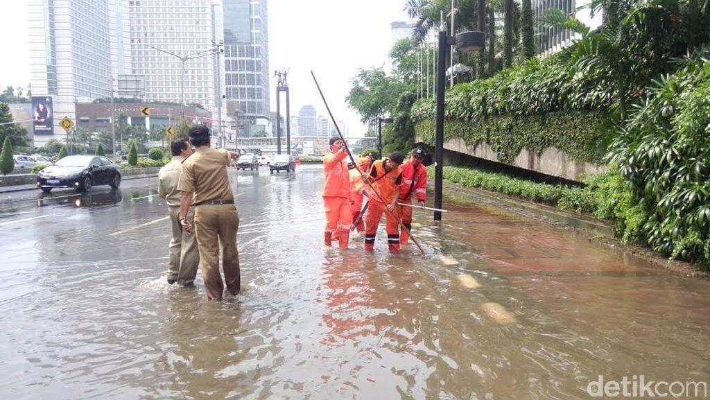 Banjir di Pinggir Jalan di Kawasan HI, Petugas Oranye Kerja Keras Alirkan Air