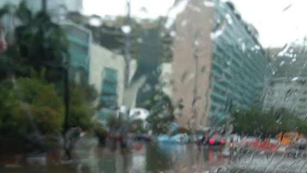 Genangan Datang di Kawasan HI Saat Hujan Deras Turun