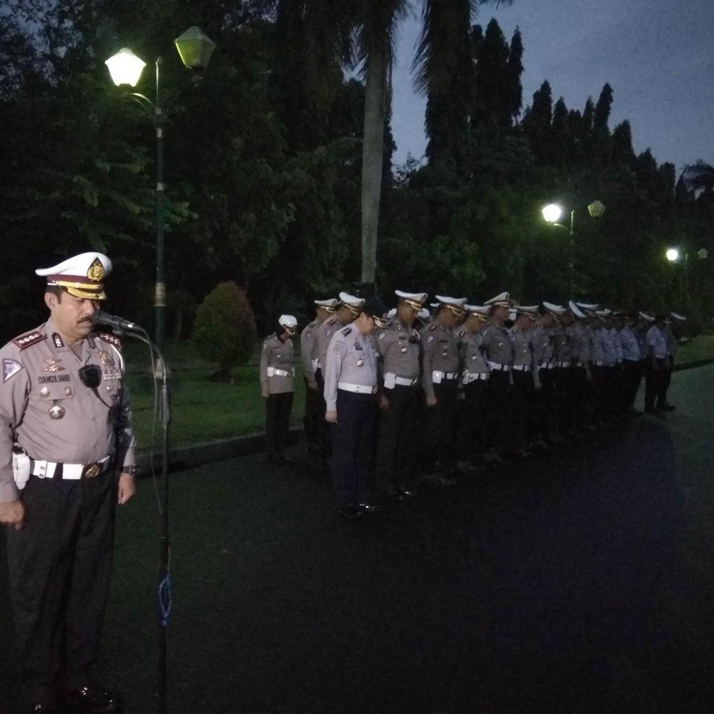 Polisi dan Petugas Dishub Gelar Apel Pemberlakuan Ganjil-Genap di Monas