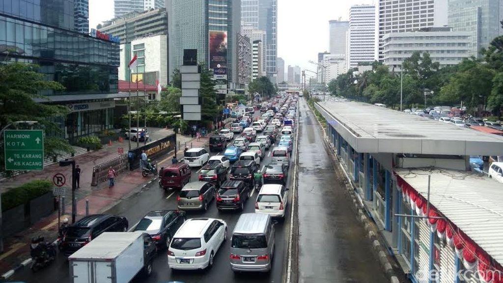 Macet Panjang Seputar Kawasan Bundaran HI Usai Hujan Datang