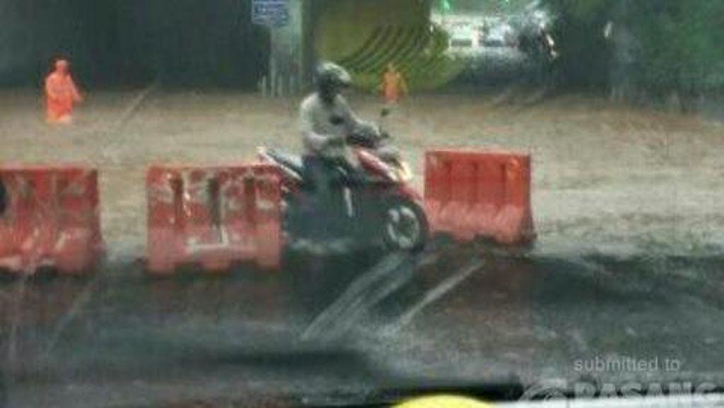 Banjir, Kolong Flyover Dukuh Atas Tak Bisa Dilalui Kendaraan