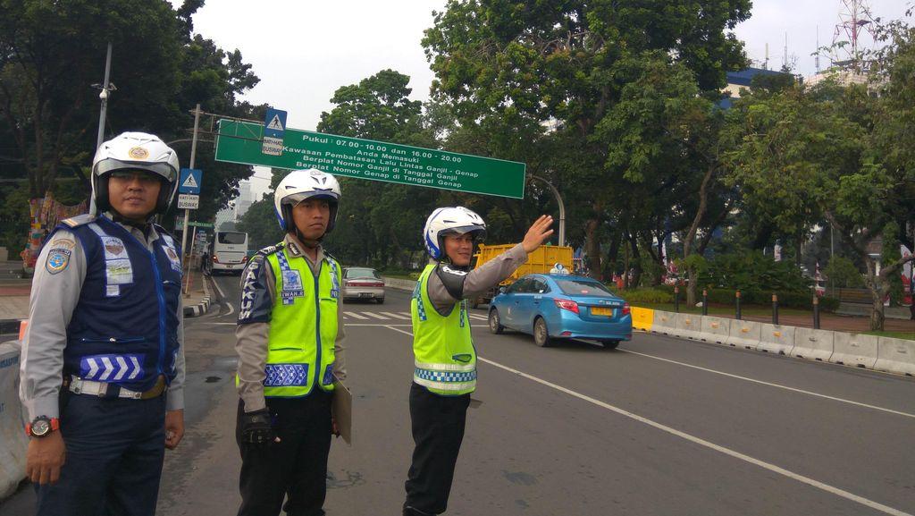 Berpelat Ganjil, 3 Mobil dan 1 Truk Kena Tilang di Jl Medan Merdeka Barat