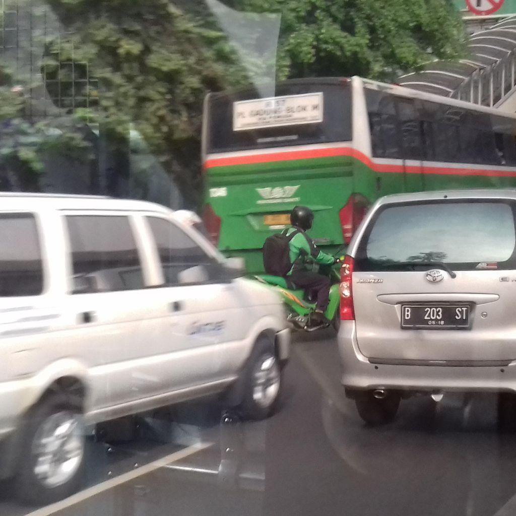 Hari Pertama Ganjil Genap, Volume Kendaraan di Exit Halim Tetap Padat