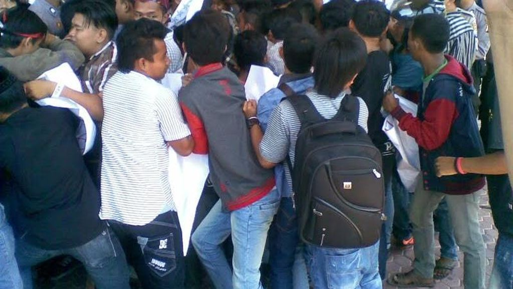 Mahasiswa Terobos Barikade Polisi Saat Demo Anggaran Pemkab Pamekasan