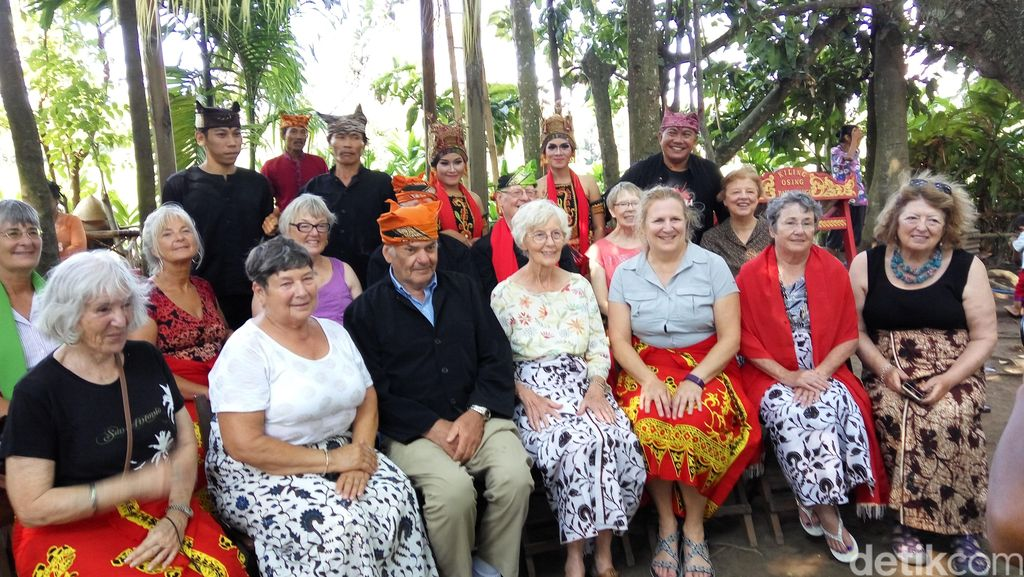 14 Turis Amerika Terpesona Budaya Using di Kemiren Banyuwangi
