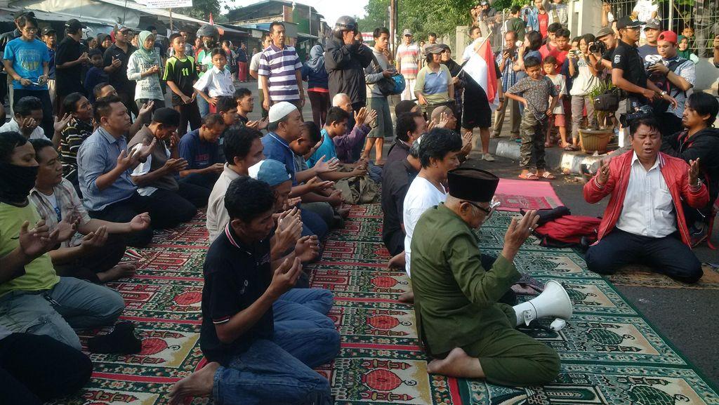 Bentrok dengan Satpol PP Mereda, Belasan Warga Rawajati Salat Duha di Jalan