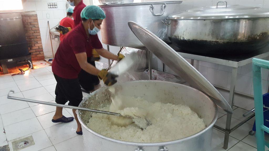 Begini Proses Memasak Ribuan Pak Makanan Untuk Jemaah Indonesia