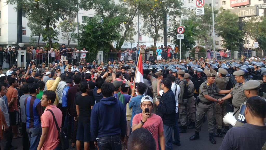 Warga Rawajati dan Satpol PP Bentrok, Lalin depan Kalibata City Macet