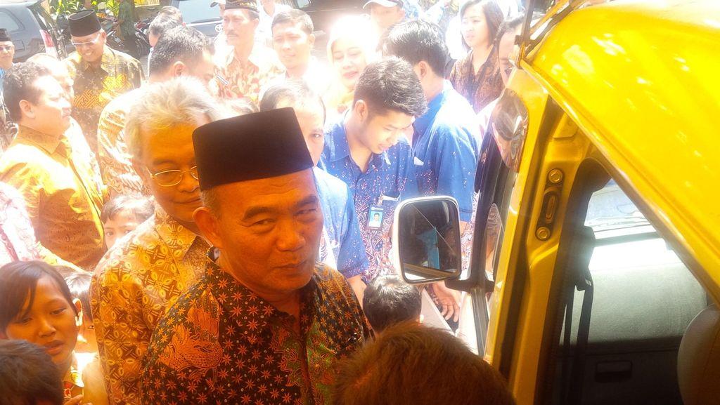 Mendikbud Pantau Distribusi KIP di Malang, Beri Contoh Bocah SD Cairkan Dana