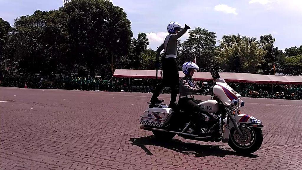Akrobatik Brigade Motor Mojang Lodaya Polda Jabar Meriahkan HUT Polwan