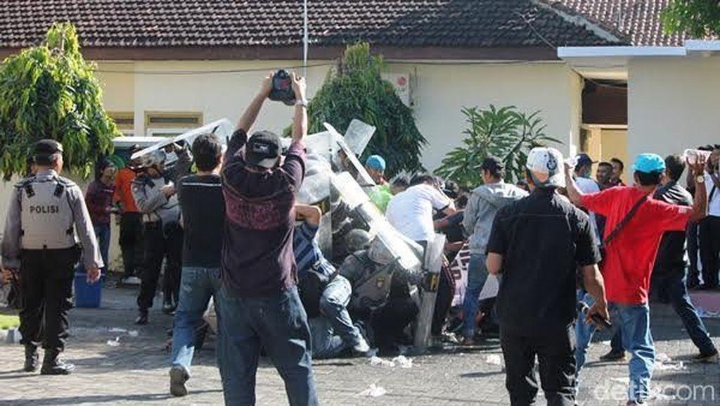 PN Banyuwangi Gelar Simulasi, Polisi Bentrok dengan Pendemo