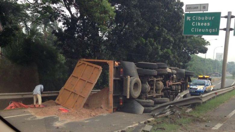 Truk yang Terguling Tutup Exit Tol Cibubur Dievakuasi, Lalin Masih Macet