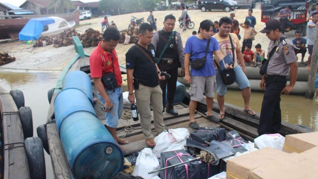 Polisi Sita Ribuan Miras Bermerek dari Kapal yang Karam di Sungai Kampar