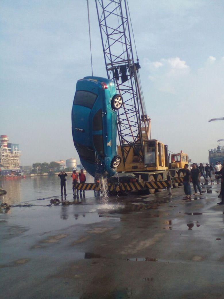 Taksi Blue Bird Nyemplung ke Kolam Dermaga Priok, 4 ABK Penumpang Tewas