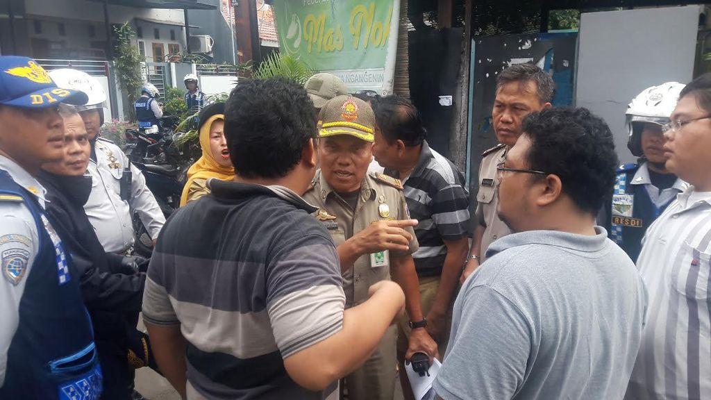Di Jakarta, Jalanan di Gang-gang Sempit Kerap Jadi Parkir Liar!