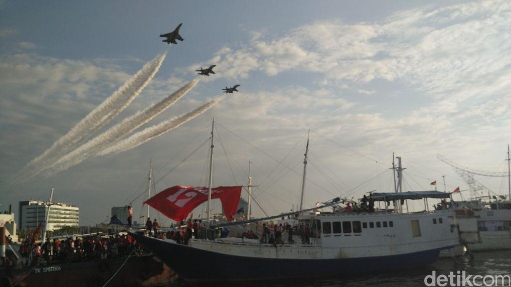 Fly Pass Sukhoi dan Penerjun Payung Meriahkan Pembukaan Festival F8 Makassar