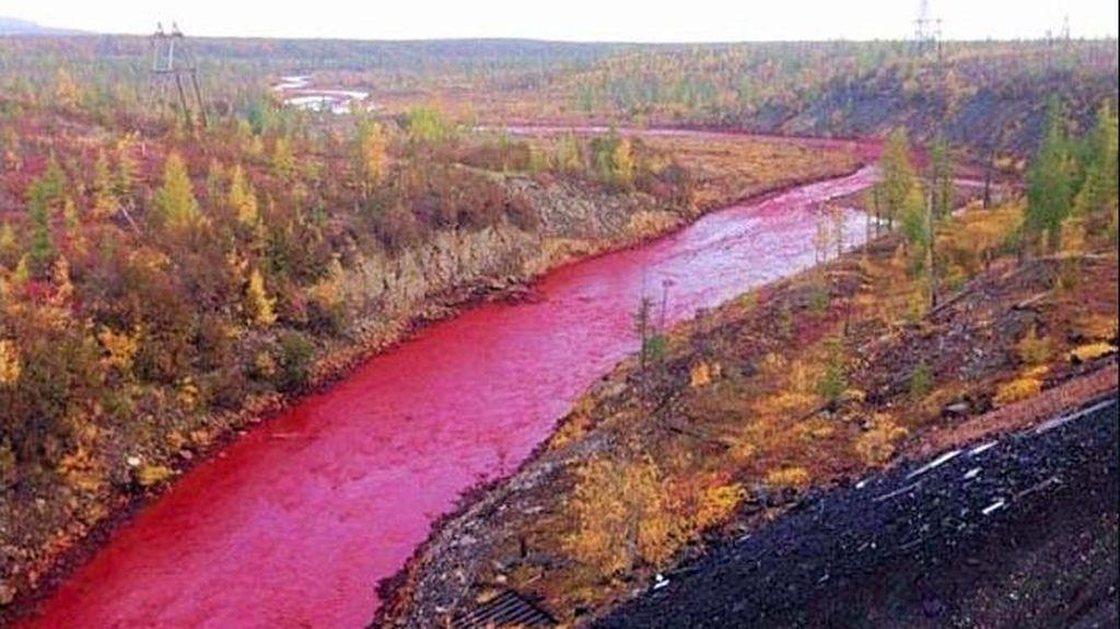 Aneh! Air Sungai di Rusia Berubah Jadi Merah