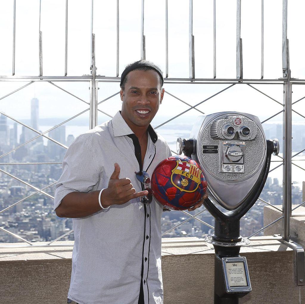 Ronaldinho Isyaratkan Pensiun Tahun Depan