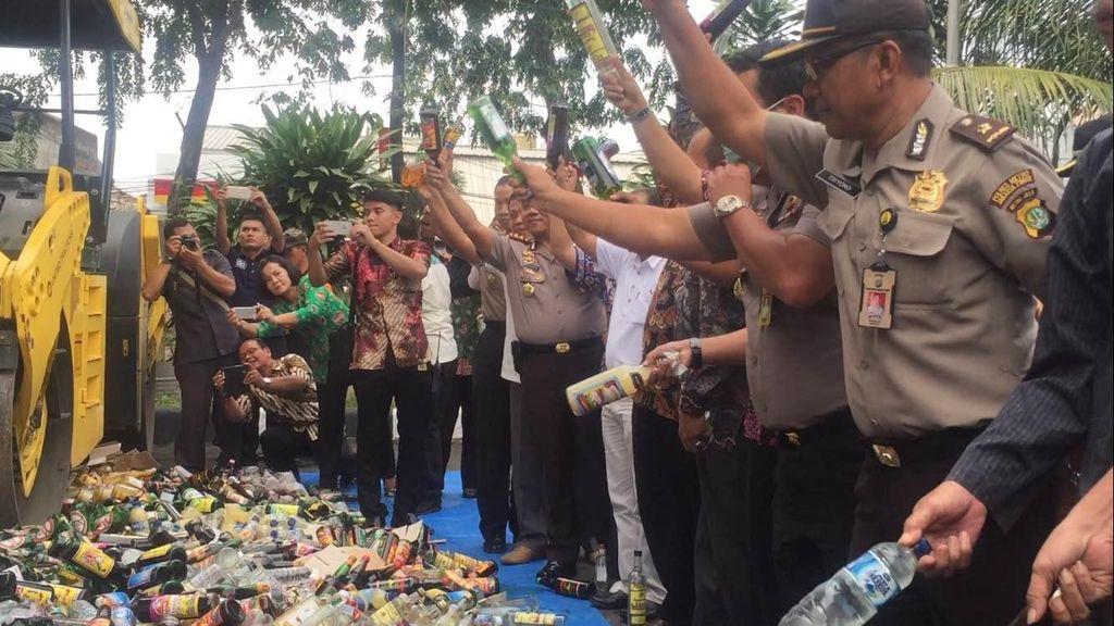 Polres Jaktim Musnahkan Ribuan Botol Miras, Berharap Turunkan Tingkat Kejahatan