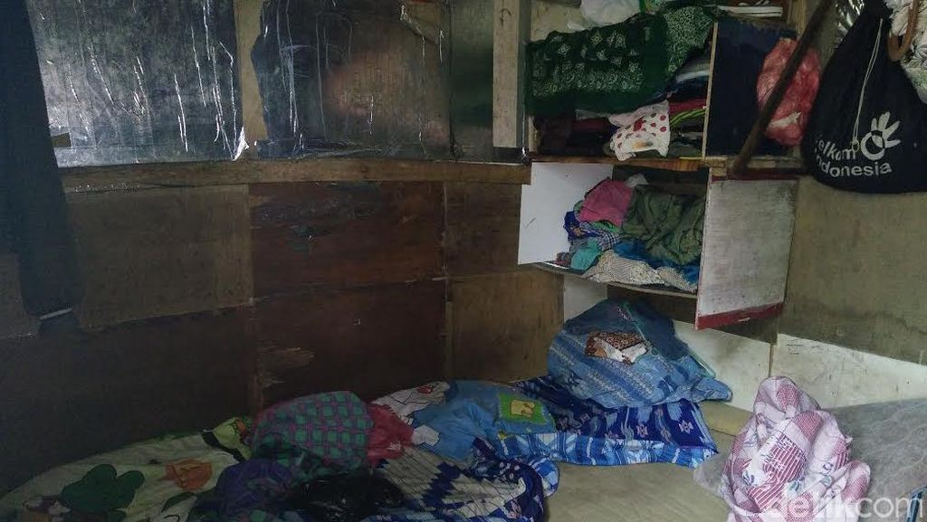 Melihat Kondisi di Dalam Gubuk Reyot Pak Anda, Mantan Tukang Kebun Gedung Sate