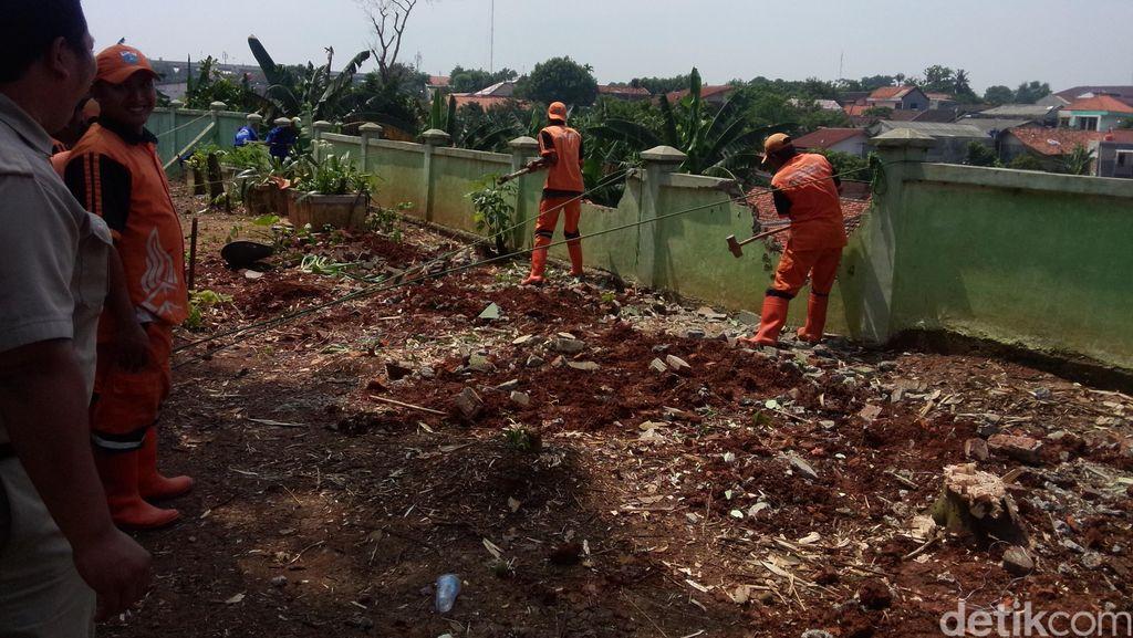 Cegah Longsor, Tembok Hutan Kota di Pondok Labu Dibongkar