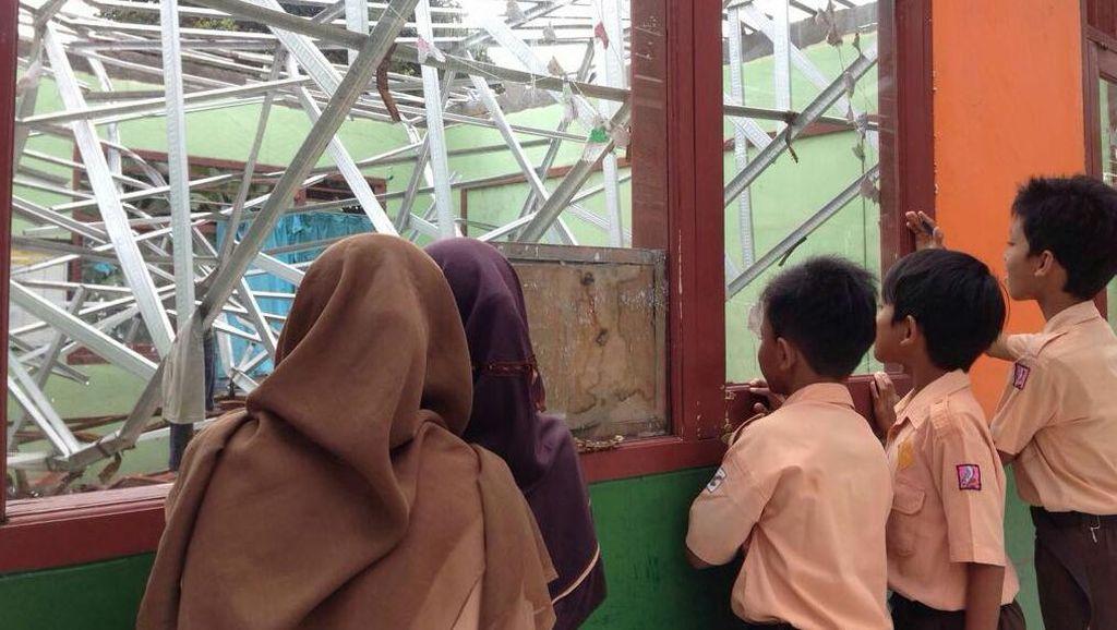 Gedung Ambruk Belum Diperbaiki, Ratusan Siswa SD Kalibaru 6 Depok Telantar
