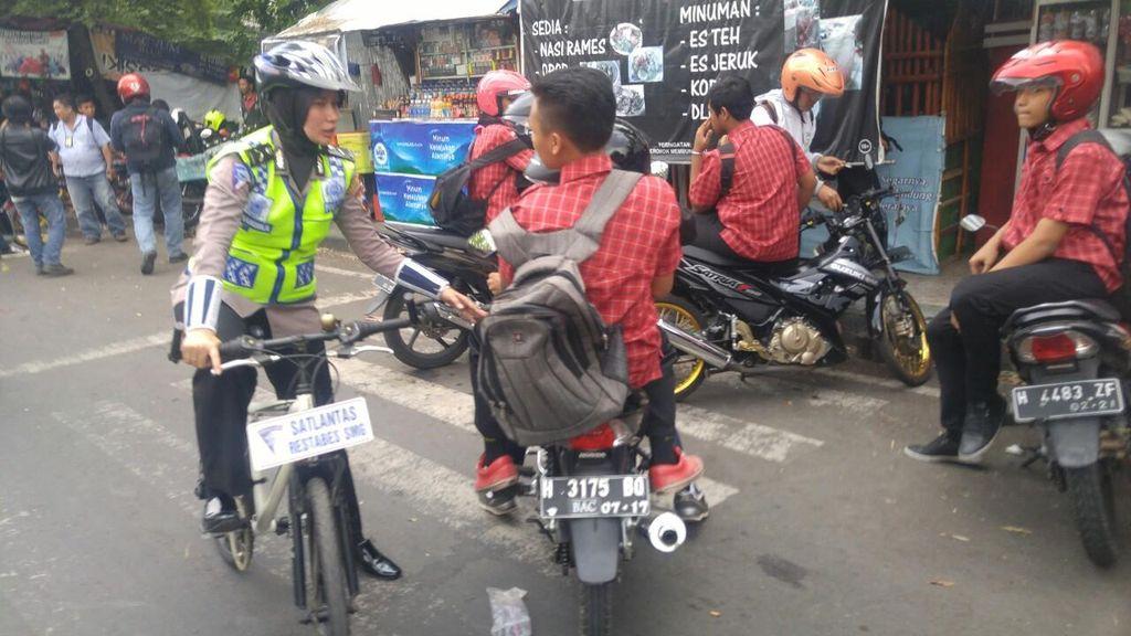 Polwan Bersepeda Bubarkan Pelajar Pemotor yang Nongkrong Sampai Sore