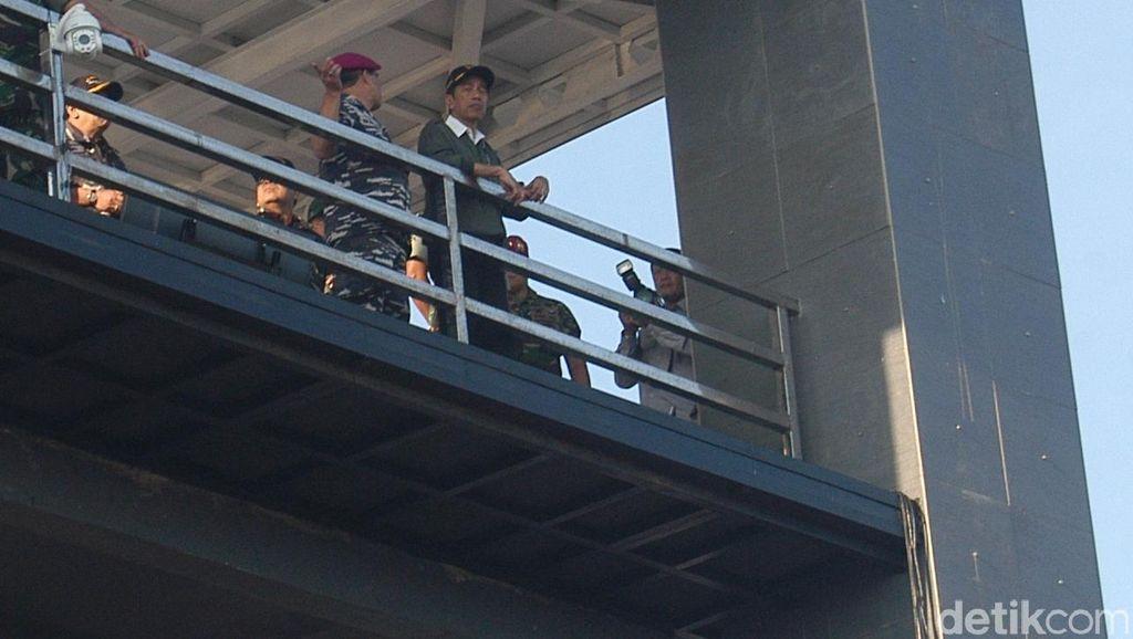 Jokowi Saksikan Latihan Tempur TNI AL di Situbondo