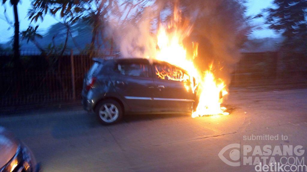Mobil Terbakar di Cipayung Arah Kampung Rambutan Jaktim, Lalin Macet