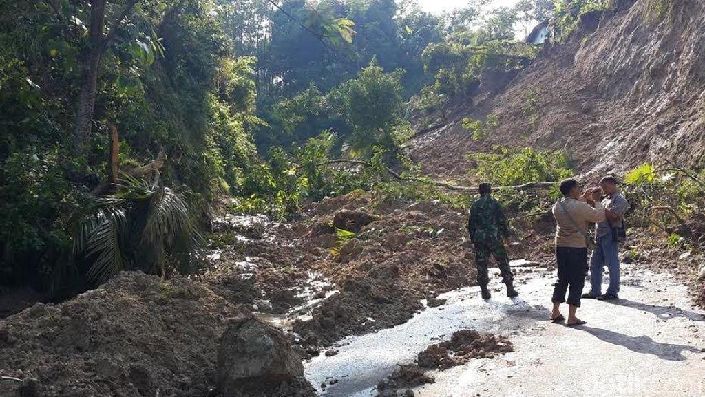 Jalan Nasional Pacitan-Trenggalek Lumpuh Tertutup Longsor