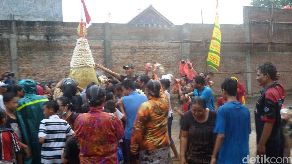 Hujan Deras, Warga Tetap Serbu Gunungan Ribuan Bakpia di Yogyakarta
