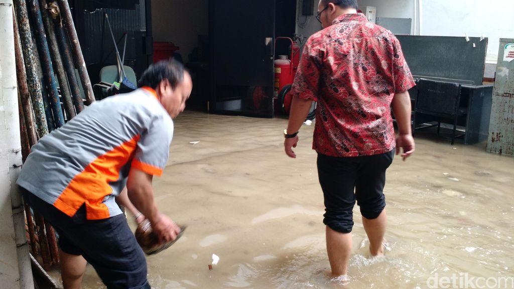 Kantor Ahok Tergenang Banjir Hingga Sebetis