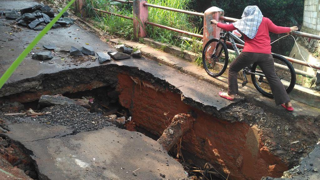 Bahaya! Jembatan di Kampung Rawageni Depok Jebol, Begini Kondisinya