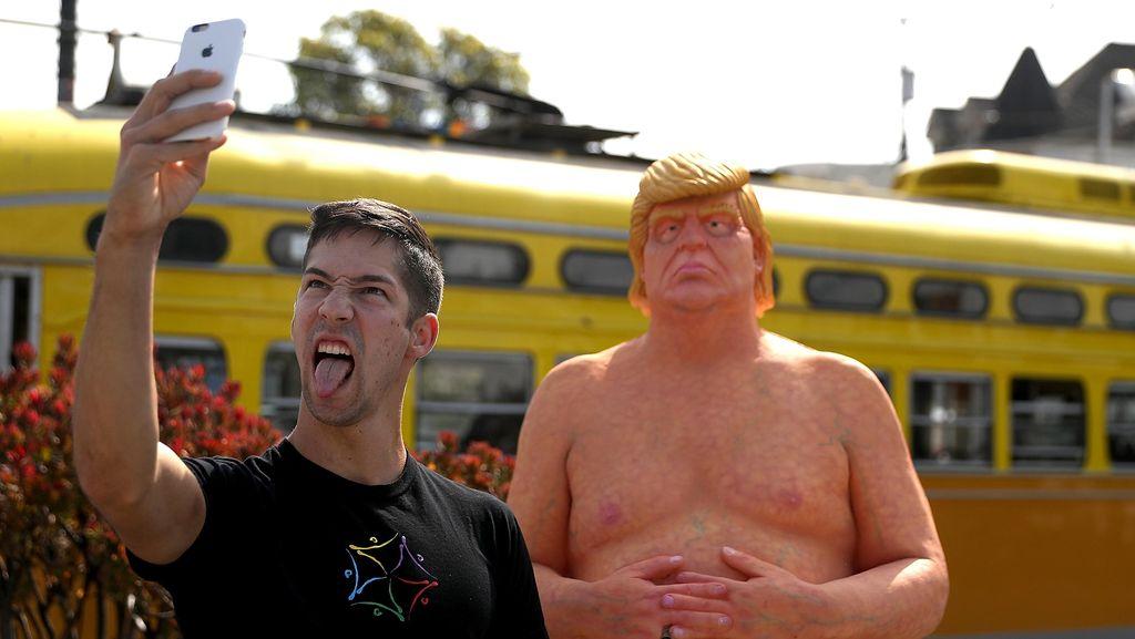 Patung Donald Trump Tanpa Busana Bermunculan di Pinggir Jalan