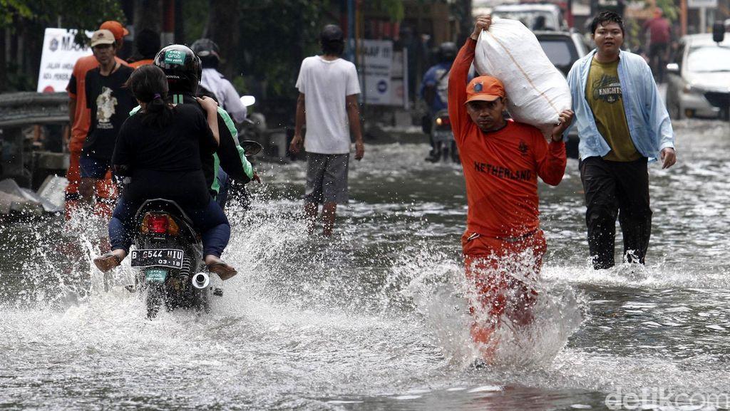 Banjir Rendam Jalan Percetakan Negara