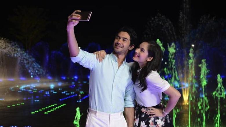 Simak Pengalaman Reza Rahadian Saat Selfie dengan Penggemar