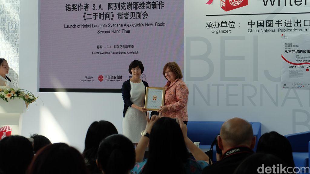 Peraih Nobel Svetlana Alexievich Masuk Long Listed Penghargaan Inggris