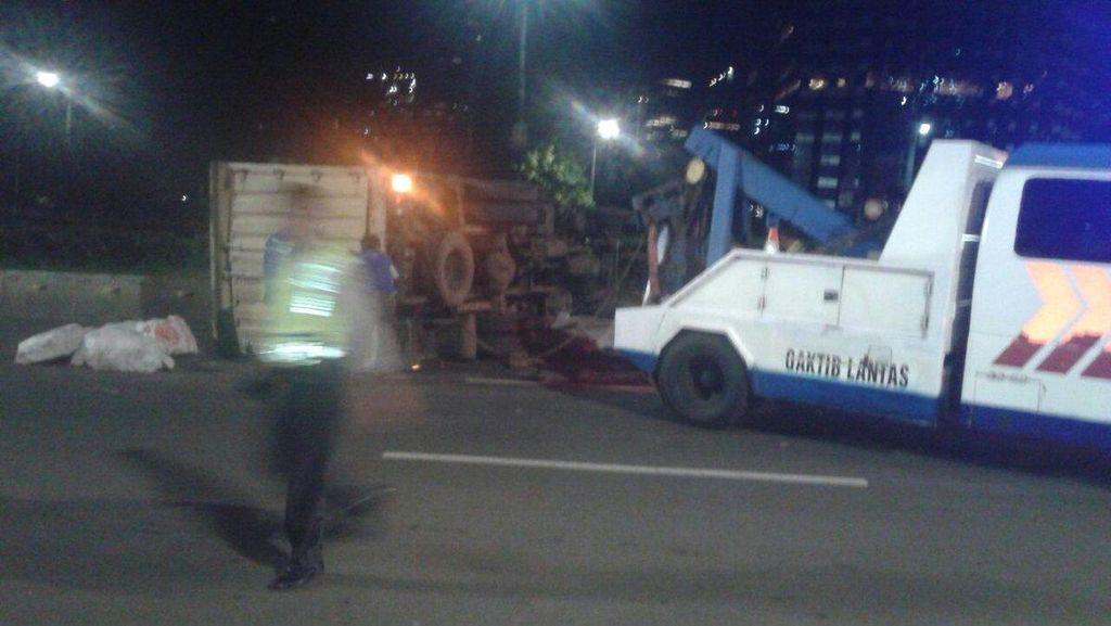 Truk Boks Terguling di Jembatan Semanggi Arah Slipi, Lalin Tersendat