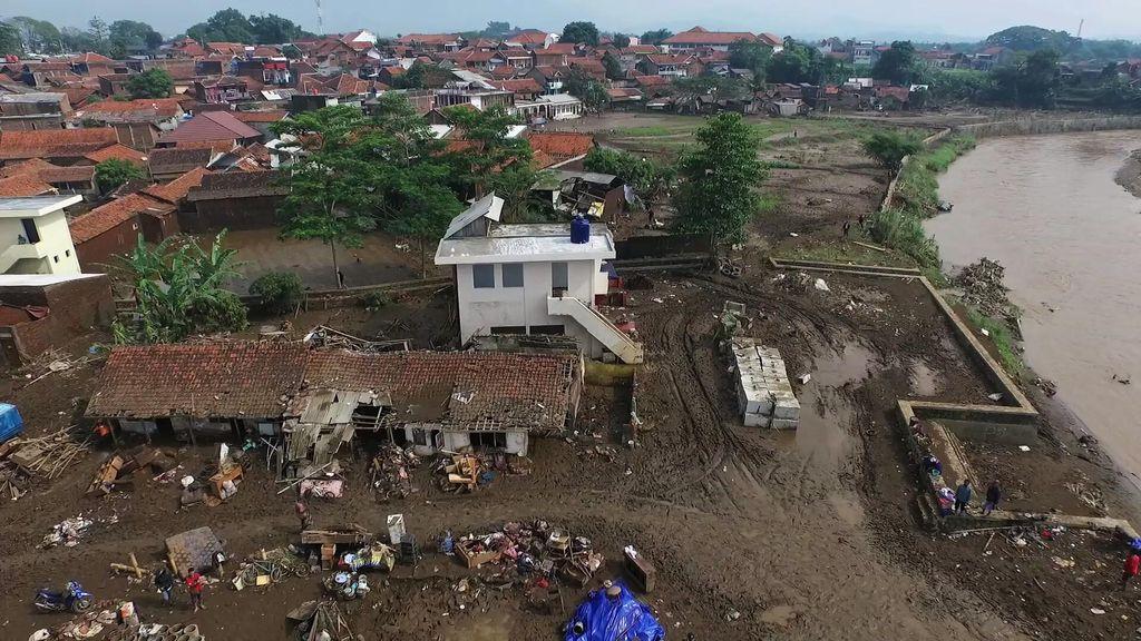 PMI Pasok 8 MCK dan 5 Ribu Liter Air Bersih untuk Posko Banjir di Garut